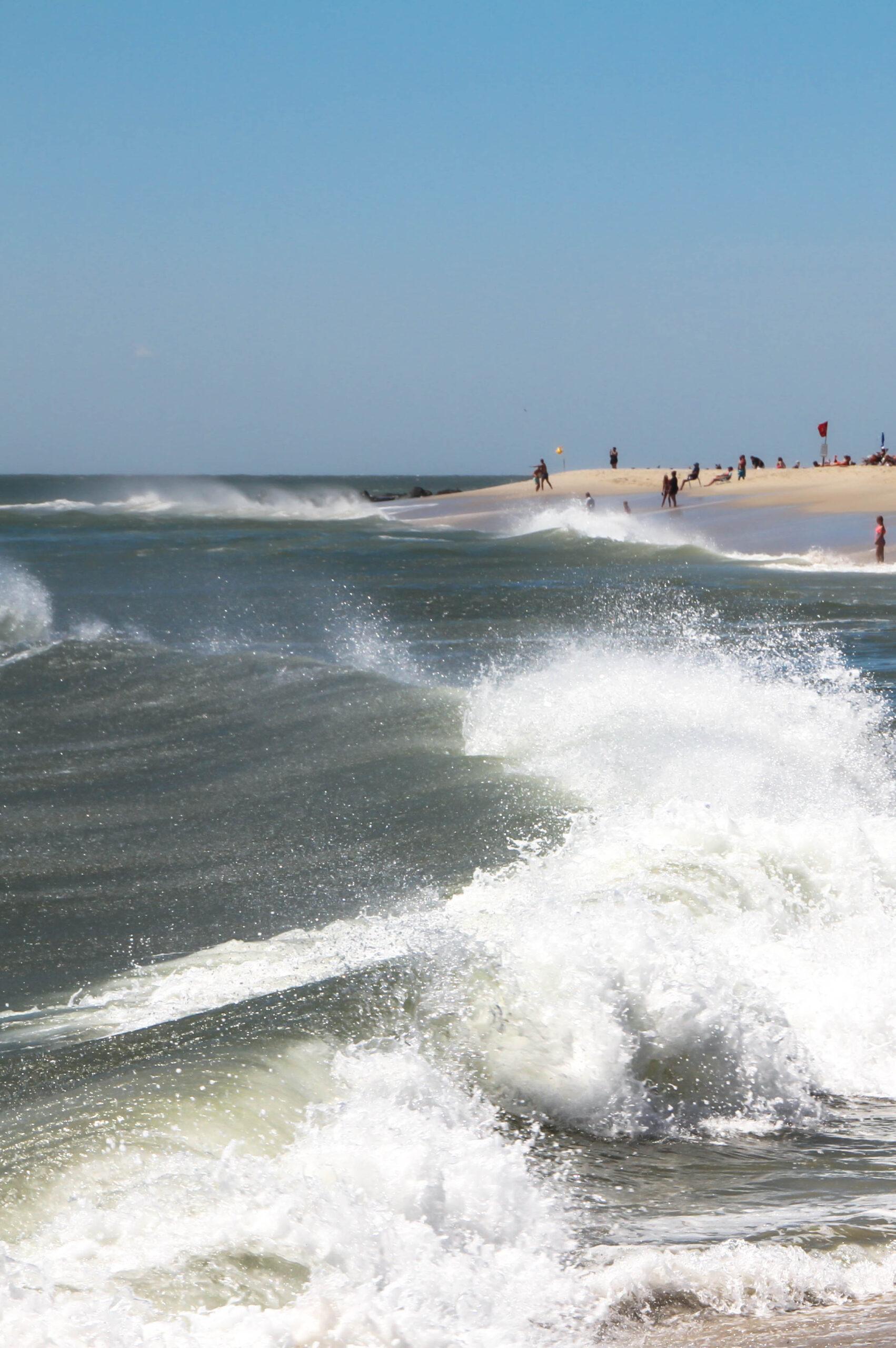 Ocean waves splashing